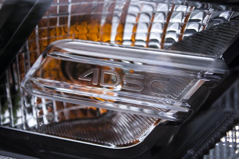 المصابيح الأمامية والخلفية في نيسان ماكسيما الجديدة تحتوي الإختصار 4DSC إختصارا لـ Four Doors Sports Coupe