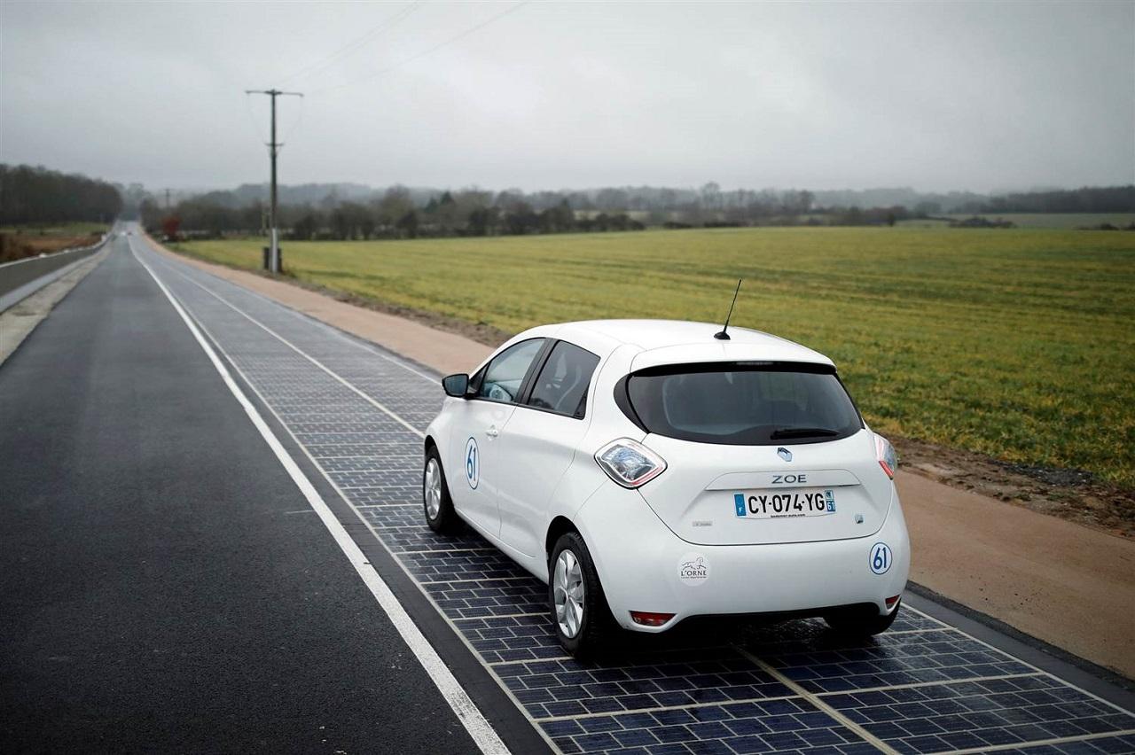 أول طريق ينتج الطاقة الشمسية في العالم
