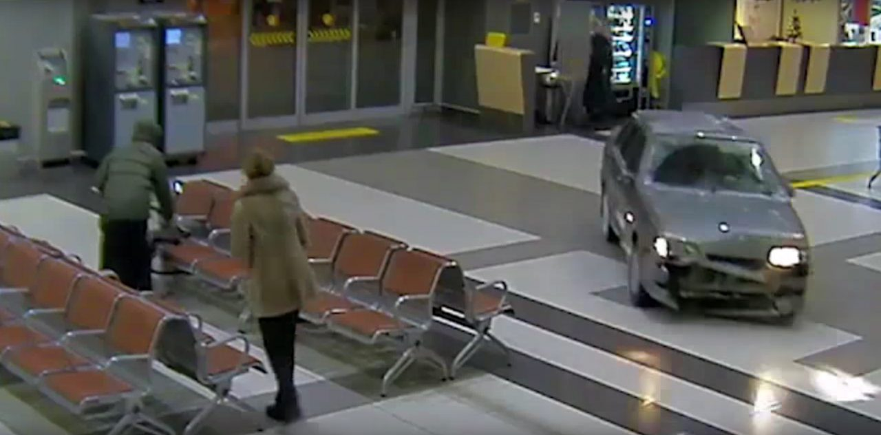 Photo of لادا تقتحم مطاراً روسياً لتبدأ أكثر مطاردات الشرطة إضحاكاً