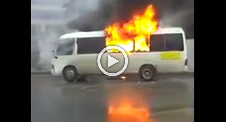 سائق يحرق حافلته في الاردن احتجاجا على مخالفته