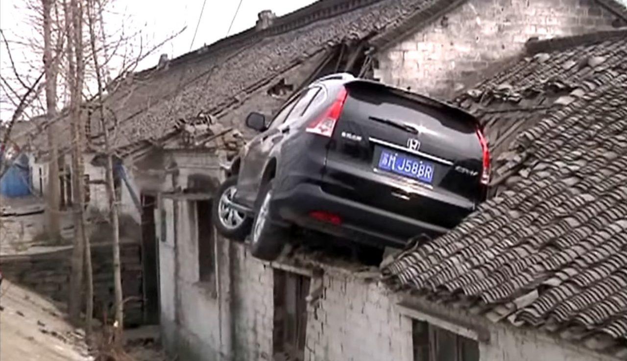 Photo of سائق يركن سيارته على سطح أحد المنازل بحادث عجيب!