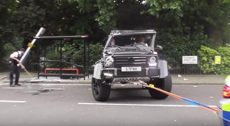 Photo of مرسيدس G500 4×4² تنقلب بعد اصطدامها بسيارة صغيرة، لماذا؟