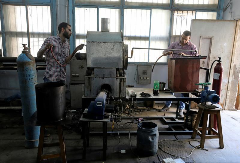 مصريون ينتجون وقوداً من الإطارات المستعملة
