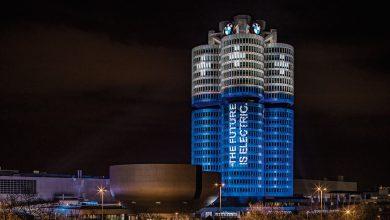 Photo of مبنى بي ام دبليو يضيء كالبطارية احتفالًا ببيع 100 ألف سيارة كهربائية