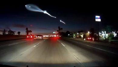 Photo of سائق ينبهر، وآخر يصطدم لرؤية صاروخ فوق الطريق السريع